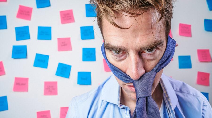Vyčerpaný freelancer, který podcenil rizika